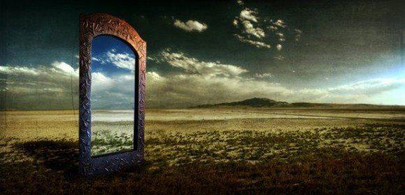puerta al pasado con paisaje de fondo