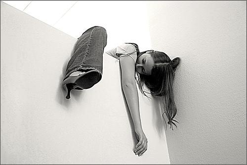 mujer en pared