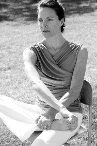 Limpieza energética- mujer en postura de yoga