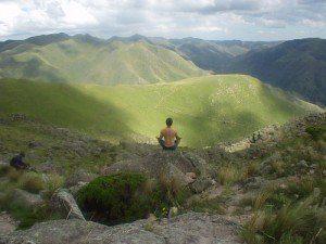 meditacion frente a paisaje montañoso