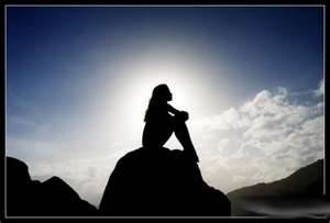 mujer meditando encima de montaña