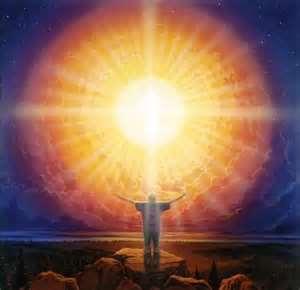 brazos abiertos delante de una gran luz del sol