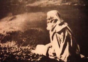 Maestro Beinsa Duno fondo sepia sentado meditando