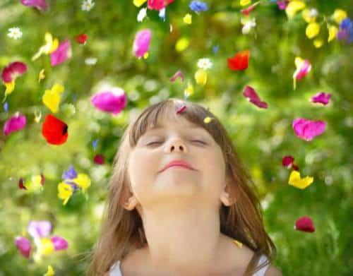 niña rodeada de amapolas - meditacion
