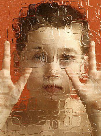 niño tras cristal