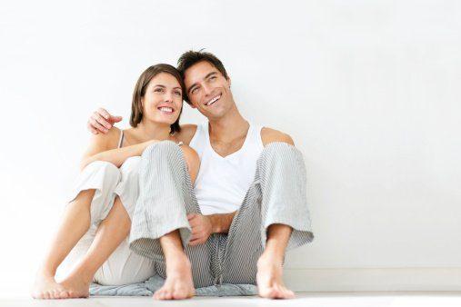pareja sonriendo y feliz