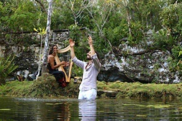 Mirabai Ceiba en el agua y con un arpa