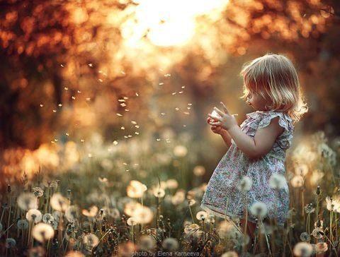 niña con bola de luz en la mano