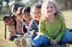 Se positivo niños jugando en el parque risas riendo