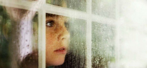 niño tras ventana