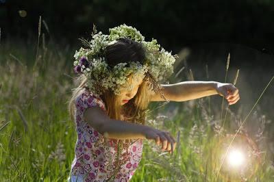 niña con corona de flores