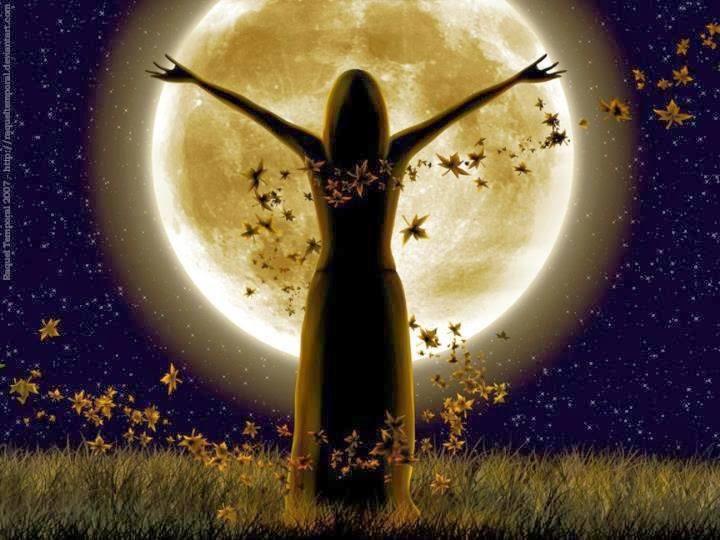 luna llena mujer con los brazos abiertos
