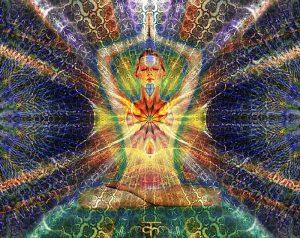 mujer - chakras de colores en medio del corazón
