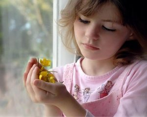 nina flores 300x240 Cuando un niño no recibe lo que necesita recibir