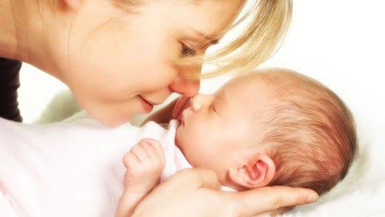bebe_madre acariciando al bebe