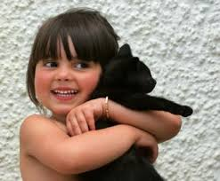 niña abrazando al gato