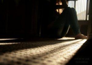 mujer con dolor - oscuridad sufrimiento