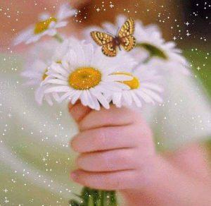 mano con flores y mariposas