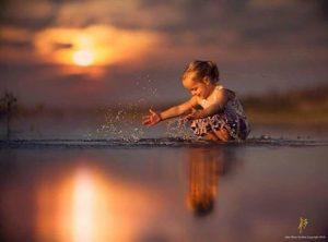 niña jugando en el agua