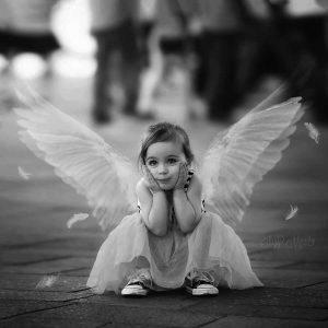 niña con alas de angel
