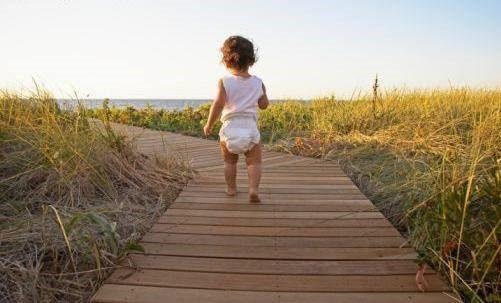 niño pequeño en pañal corriendo