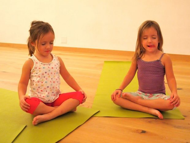 taller-meditacion-niñas-flor-loto-sala-yoga