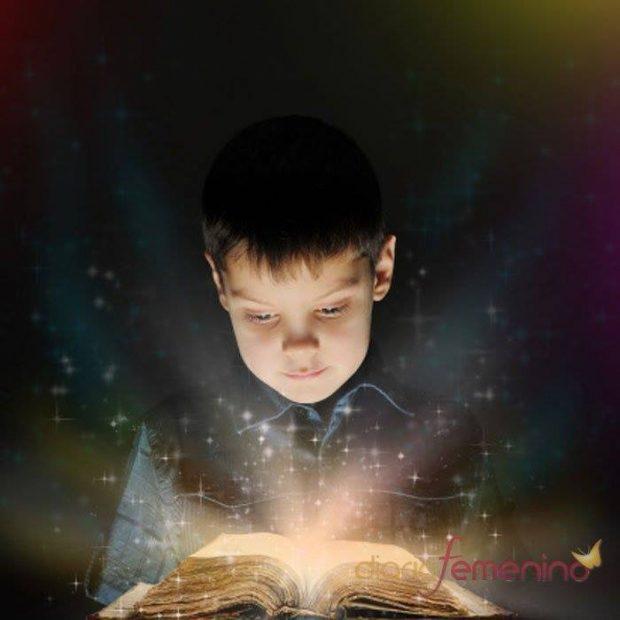 niño con libro de luz