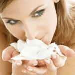 mujer olorando flor - amorporlasalud