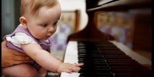 niña piano