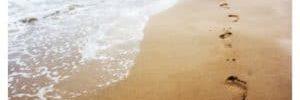 caminar descalza por la playa 300×178.jpg - ¿Estás pendiente de darte placeres? - hermandadblanca.org