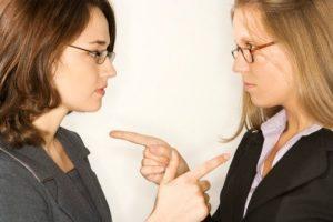 Gente_Roba_Energía_dos mujeres señalándose