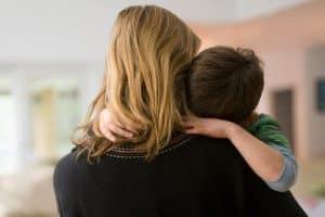 hermandadblanca madre e hijo 300×200.jpg - Hijo, lo siento, perdóname, gracias, te amo - hermandadblanca.org
