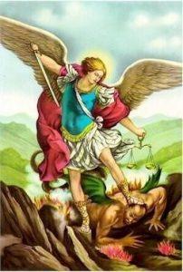 arcángel Miguel con espada y balanza en la mano