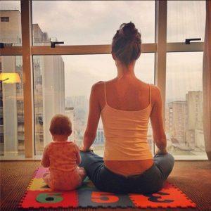 Madre y bebe meditando