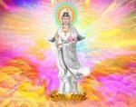Kwan Yin rodeada llama rosa y oro