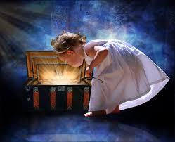niña abriendo cofre de luz y sueños