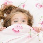 trastornos_del_sueño_niña_tapada_con_manta