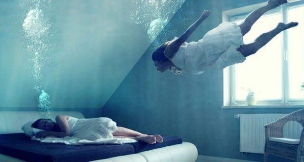 Viaje astral el ejercicio del espíritu y la mente-mujer_estirada_relajándose
