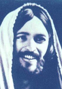 Maestro Jesús con túnica en la cabeza
