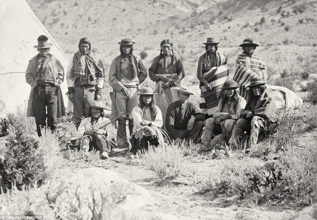 pueblo indio sentados en el campo