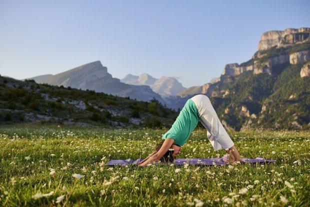 El yoga es una disciplina que combina ejercicios de respiración y meditación.