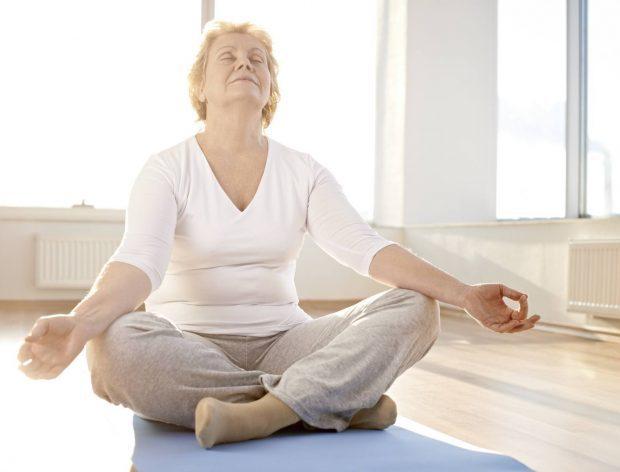 Muchos adultos mayores practican yoga para aliviar sus enfermedades.