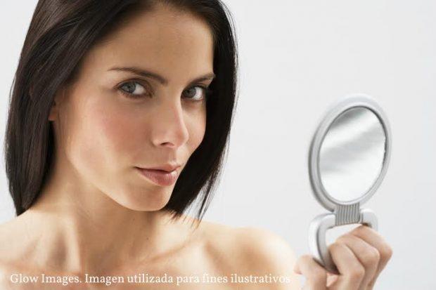 mujer mirandose en el espejo