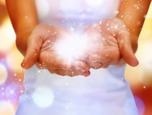 bola de luz en las manos - prosperidad