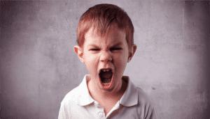 Niño maltratado por los padres