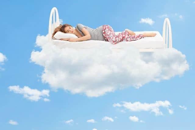 mujer durmiendo en una nube- recordar sueños