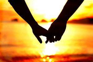 almas gemelas - manos entrelazadas