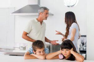 conflictos-familiares-pareja-fondo-discusion-niños-asustados