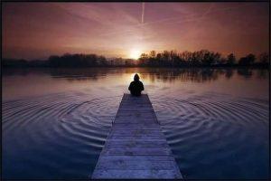 lago_meditacion_sentado_serenidad_mental