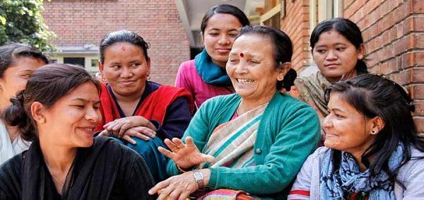 Anuradha Koirala con victimas_opt